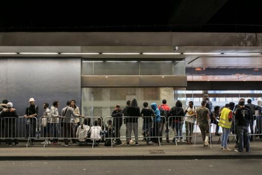 Een aantal migranten en vluchtelingen aan de huminataire hub in Brussel Noord